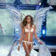Ana Beatriz Barros desfila no Victoria's Secret Fashion Show em 2006