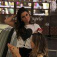 Giovanna Antonelli percebe a presença de fotógrafos no shopping