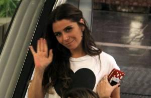 Giovanna Antonelli sorri e acena para paparazzo em passeio por shopping carioca