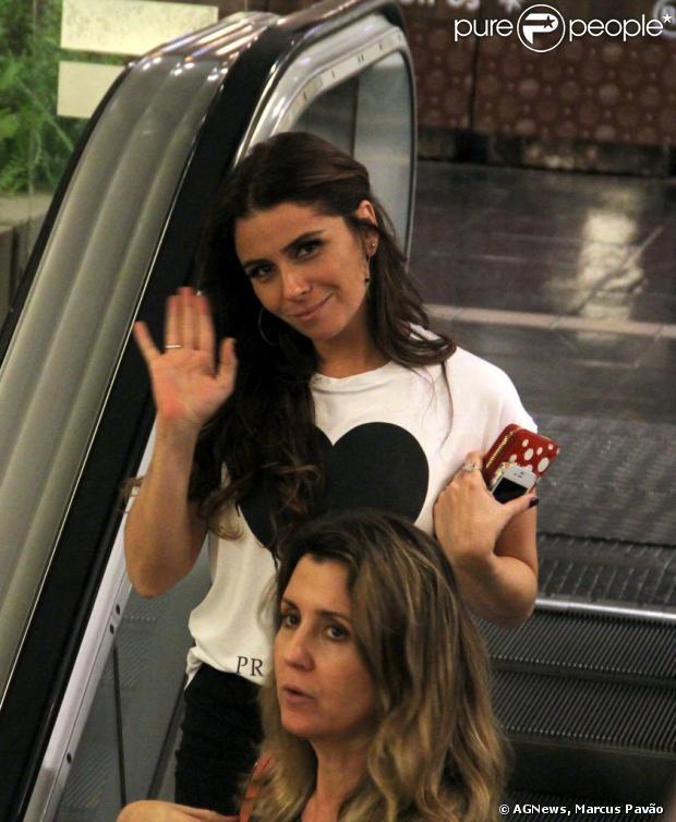 Giovanna Antonelli acena para paparazzo durante passeio em shopping carioca, em 15 de março de 2013