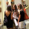 Giovanna Antonelli, acompanhada da irmã, conversa com amiga em shopping