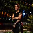Lucas Lucco usou look todo preto e mostrou sua boa forma durante a gravação do novo clipe