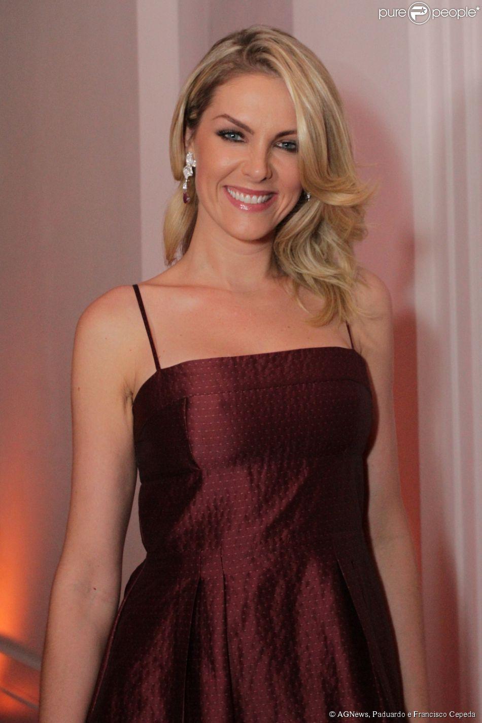 5887498103e92 Ana Hickmann marca presença na festa de fim de ano da decoradora Andrea  Guimarães, em