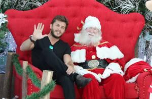 Klebber Toledo senta na cadeira do Papai Noel e tira foto com o bom velhinho
