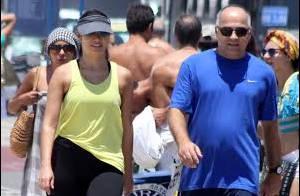 Patricia Poeta se exercita ao lado do marido, Amauri Soares, em praia do Rio