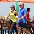 O casal se exercita na orla carioca