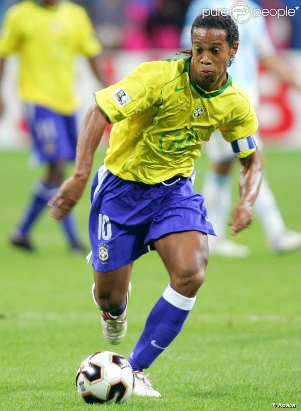Pela Seleção Brasileira, Ronaldinho Gaúcho vestiu a camisa na Copa do Mundo de 2002 e 2006
