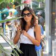 Mariana Rios apostou em look preto e branco que deixou suas pernas à mostra