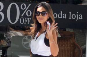 Mariana Rios usa look preto e branco e deixa pernas à mostra em almoço no Rio