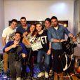 Paloma Bernardi e Felipe Titto posam nos bastidores com os músicos