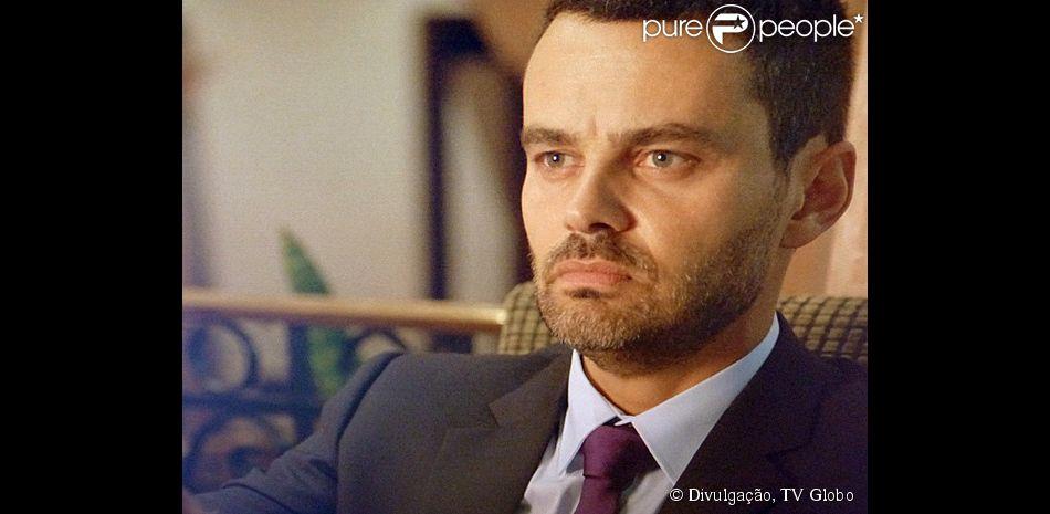 Maurílio (Carmo Dalla Vecchia) tem uma conversa misteriosa por celular, onde ameaça matar Cristina (Leandra Leal), na novela 'Império': 'Eu quero dar um fim nela!'