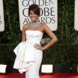 Eva Mendes arrasou no vestido branco Dior combinado com um belo colar turquesa Van Cleef & Arpels no Globo de Ouro de 2009
