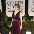 No Globo de Ouro 2012, Emma Stone escolheu um vestido vinho Lavin com um cinto com fivela de águia. Não ficou incrível?