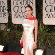 Angelina Jolie deixou a perna à mostra em uma fenda generosa no modelo da grife Atelier Versace no Globo de Ouro 2012