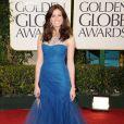 Mandy Moore desfilou no tapete vermelho com um vestido azul estilo sereia de tule Monique Lhuillier, pulseiras douradas Chopard e sapatos Brian Atwood no Globo de Ouro 2011