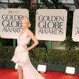 Charlize Teron chamou a atenção com um vestido Dior rosê deslumbrante no Globo de Ouro de 2012. A atriz usou joias Cartier na ocasião