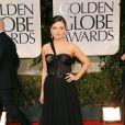 Mila Kunis também apostou em um modelo Dior no Globo de Ouro 2012. Ela chegou com um modelo preto de cintura alta e atraiu os olhares no tapete vermelho da premiação