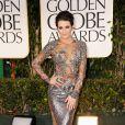 No Globo de Ouro 2012, Lea Michele apostou em vestido com brilho e transparência da grife Marchesa. Ela compôs o look com sapatos Jimmy Choo e joias Lorraine Schwartz