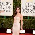 Megan Fox escolheu um lindo vestido nude Dolce & Gabbana de aplicações estilo seria para o Globo de Ouro 2013