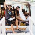 Kayky Brito e a namorada, Raian Rodovelho, se divertem em festa no barco
