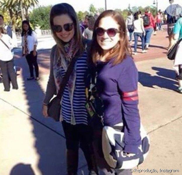 Sandy posa com fãs em Orlando, Estados Unidos. Cantora viaja ao país na companhia dos pais, Noely e Xororó, e na companhia do filho, Theo