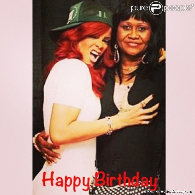 Rihanna postou uma série de fotos com a mãe, Monica Fenty, que faz aniversário nesta sexta-feira, 5 de abril de 2013
