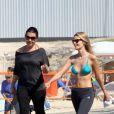 Yasmin Brunet mantém a boa forma através de exercícios físicos feitos na praia