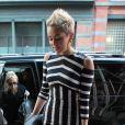 Miley Cyrus foi clicada, em fevereiro de 2013, pelas ruas de Nova York com um vestido longo com listras pretas e brancas