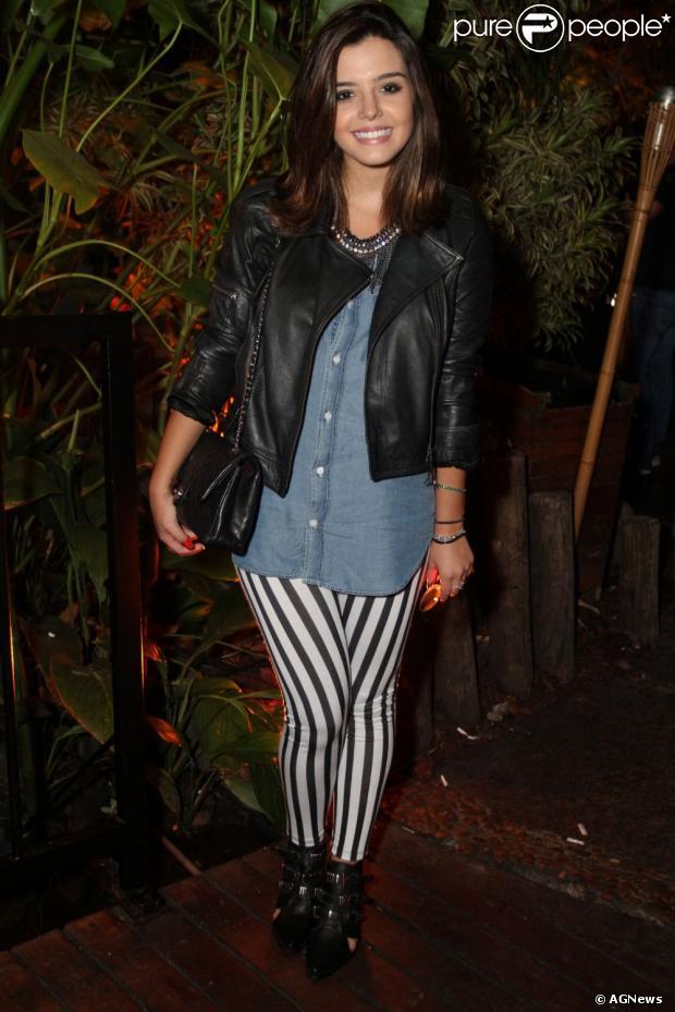 Giovanna Lancellotti usou uma calça legging listrada para ir ao lançamento do clipe 'Desencanto' do cantor Guga Sabaiê