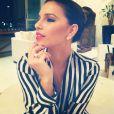 Mariana Rios escolheu uma blusa de seda listrada para uma festinha em casa entre amigos
