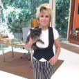 A apresentadora Ana Maria Braga usou uma calça preta com listras brancas no programa exibido no dia 12 de março de 2013