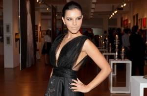 Mariana Rios arrasa no decote em exposição da estilista Lethicia Bronstein