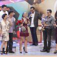 Sabrina Sato ficou emocionada ao receber a família no palco de seu programa