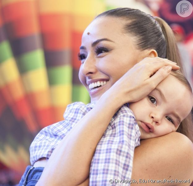 Sabrina Sato ganha festa surpresa em seu programa e recebe a visita do sobrinho