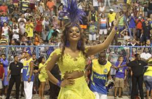 Juliana Alves samba de barriga de fora em ensaio da Unidos da Tijuca, no Rio