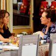 Laura (Nathalia Dill) também desconfia de que Tina (Elizabeth Savala) seja sua mãe, em 'Alto Astral'