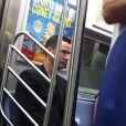 Keanu Reeves, astro de 'Matrix', estava acomodado em um assento de metrô em Nova York, nos Estados Undos