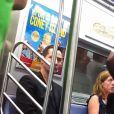 Keanu Reeves, astro de 'Matrix', aparece andando de metrô. Ator mora em Hollywood e é vizinho de Leonardo Di Caprio