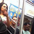 Keanu Reeves, astro de 'Matrix', percebe mulher de pé e cede lugar em metrô em Nova York, EUA