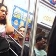 Keanu Reeves, astro de 'Matrix', anda de metrô em Nova York, nos Estados Undos