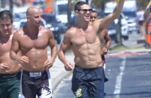 José Loreto corre na praia cercado por amigos e exibe barriga sarada