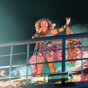 Daniela Mercury faz show animado com look colorido no Carnaval de Salvador