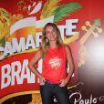 Letícia Birheuer exibiu o novo visual, com os fios mais repicados durante o Carnaval de São Paulo