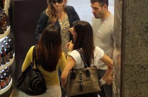 Fernanda Rodrigues almoça com marido, Raoni Carneiro, e amigos em shopping