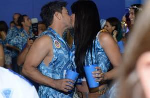 Zezé Di Camargo beija a namorada, Graciele Lacerda, em camarote na Sapucaí