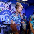 A top Candice Swanepoel curtiu o desfile das escolas de samba campeãs animada na companhia de amigos e ainda se arriscou nos passos da samba. A modelo só não queria parar para dar entrevistas, só queria saber de diversão