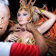 No primeiro dia de desfiles no Rio, Antonia Fontenelle cruzou a Sapucaí pela Grande Rio e homenageou Jonathan Costa com uma coleira com as iniciais do namorado