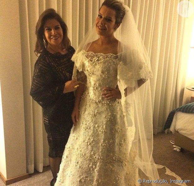Fernanda Souza usa vestido com renda confeccionado por Martha Medeiros para se casar com Thiaguinho, nesta terça-feira, 24 de fevereiro de 2015