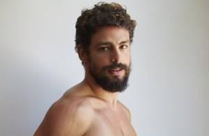 Cauã Reymond comenta sucesso de foto totalmente nu: 'Autoestima lá em cima'