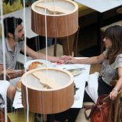 Maria Ribeiro e Caio Blat trocam carinhos em restaurante após rumor de separação